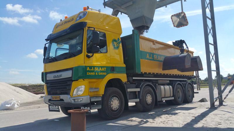 vrachtwagen met kraan