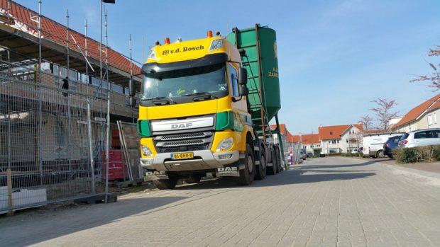 vrachtwagen met zandsilo